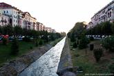 Через всю Тирану протекает река Лана. Она разделяет город на южную и северную части.