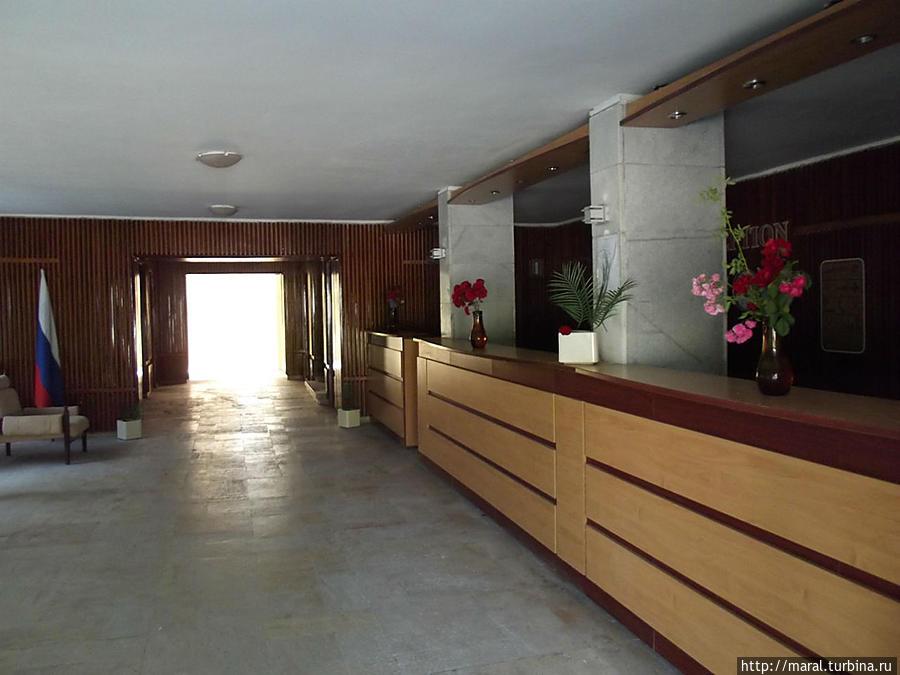 Просторный вестибюль высотного гостиничного корпуса