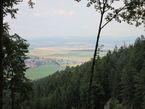 Вид из Рая на тёплую долину. Вдалеке в дымке — предгорья Высоких Татр.