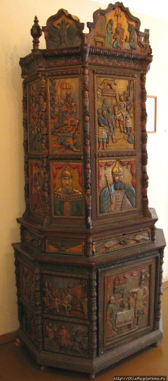 Шкаф работы Г.Е.Токарева-