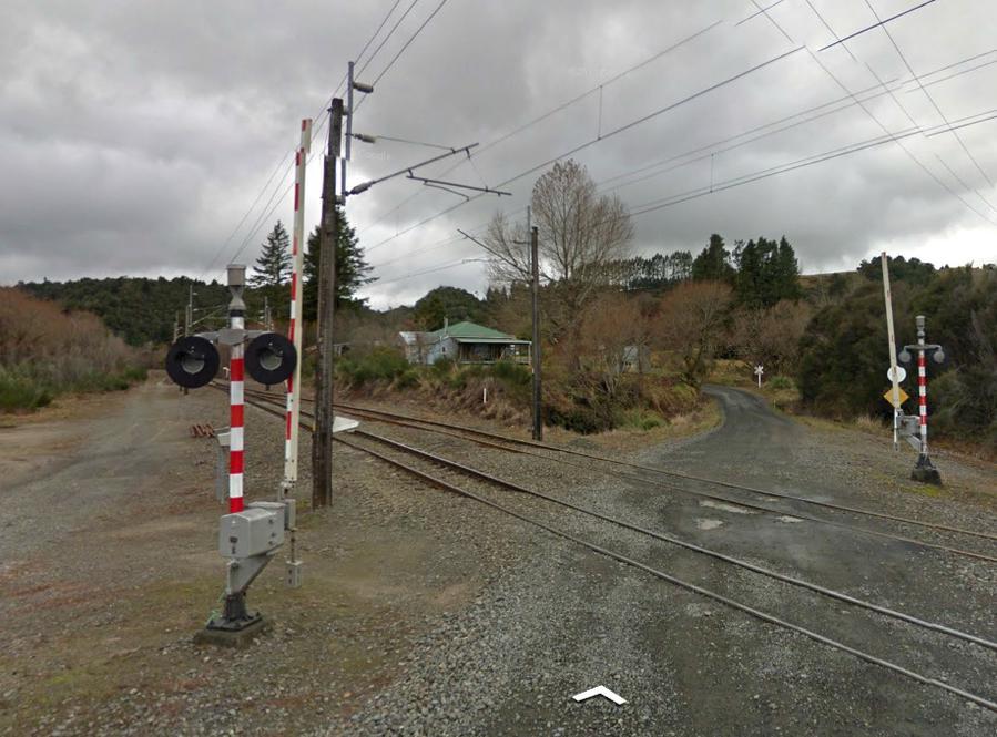 На ж/д переезде вблизи спирали Рауриму. Обратите внимание, какая узкая колея в Новой Зеландии.