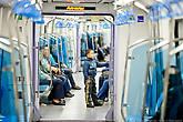 Все вагоны имеют сквозной проход. В час пик все сидячие места заняты, но такого столпотворения, как в московском метро нет. Все дело в том, что построенные станции метро не доходят до спальных районов, пока.