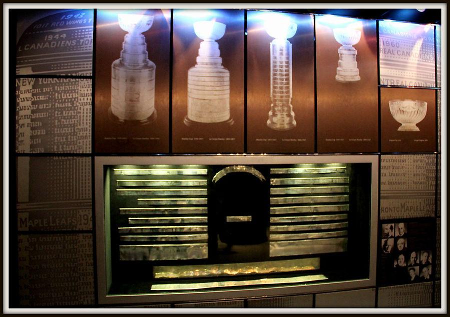 На Кубке гравируются имена его обладателей. В 1991 году, когда на обручах Кубка не осталось места для имен, их сняли и поместили в Зал Славы, заменив на чистые. Все старые ленты находятся в Зале кроме одной: лента с именами игроков Бостона сезона 1928/1929 пропала.
