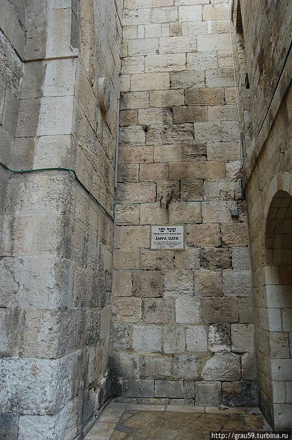 Люди проходят через проход, который на фотографии виден слева , и идут прямо в сторону Старого города