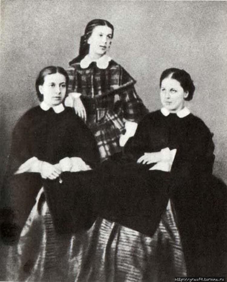 Сёстры Берс-Софья (слева)