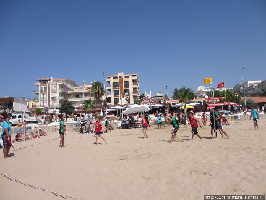 Корфбол на пляже Алтынкум в Дидиме Дидим, Турция