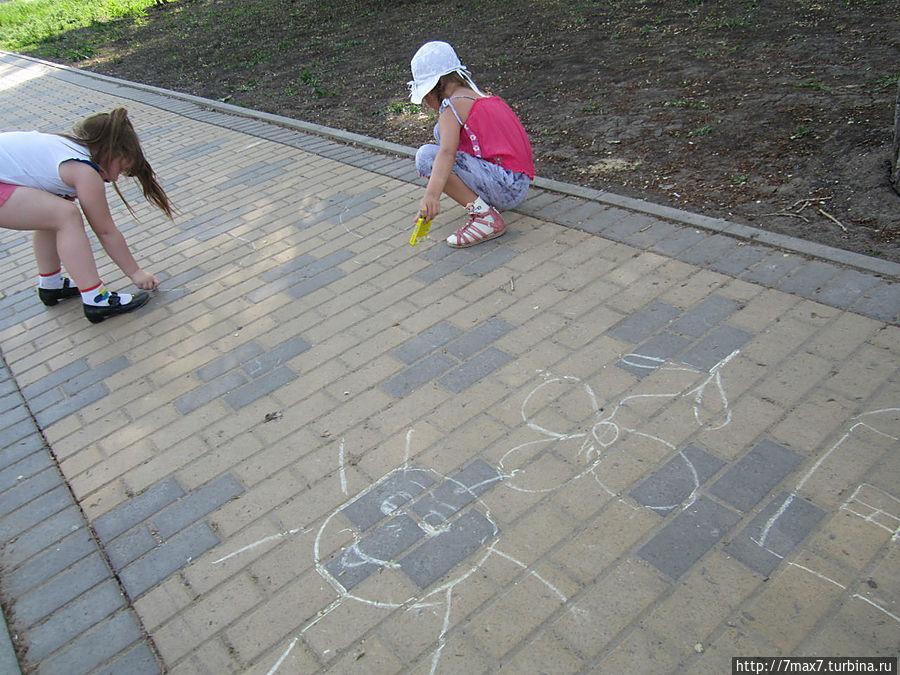 Творения  детей на асфальте