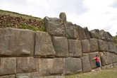 Громадные стены крепости Саскайхуаман, стоящей а защите города Куско