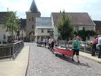 Туристы готовятся к отплытию, на заднем плане крепостные ворота Унтертор, 13 век
