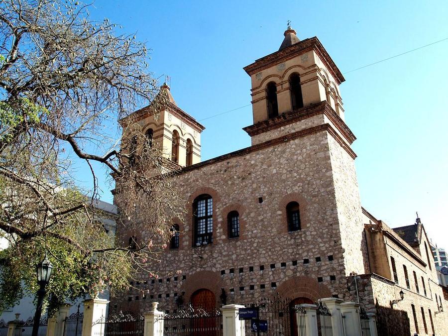 Церковь Ордена Иисуса (1640-1668), старейшее церковное сооружение Аргентины — вид с угла улиц Obispo Trejo и Caseros