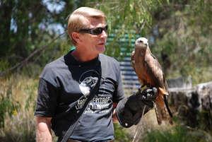 Гид рассказывает о повадках хищных птиц