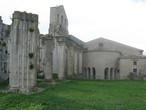 Пространство замыкает апсида старой церкви, в которой покоятся норманны Роберт Гвискар и его братья Вильгельм Железная Рука и Гумберт Дрого.