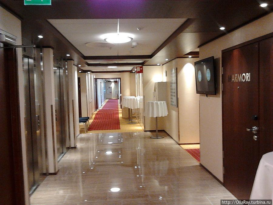 Холл перед лифтами на 3 этаже.