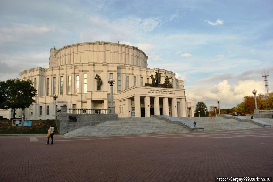 Белорусский Большой театр. Вокруг него большой сквер, перед ним красивые фонтаны.