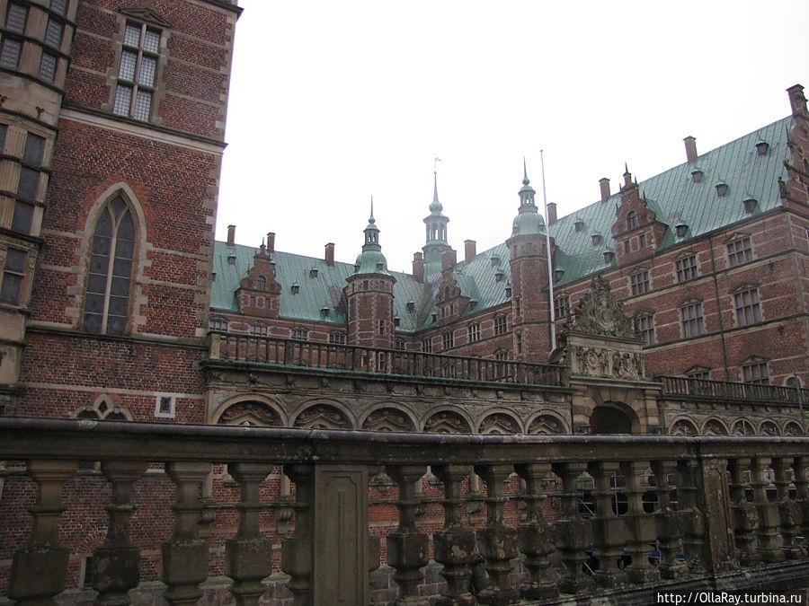 Сам дворец состоит из трёх крыльев:  слева Крыло Часовни, прямо — Королевское Крыло,  и правое —  Крыло Принцессы. Всё остальное располагалось уже вокруг этого ансамбля. Хиллерёд, Дания