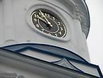 Часы на колокольне Покровской церкви. В барабане колокольни были встроены часы с курантами, о которых писал в 1887 году  А. П. Чехов: «Часы на Святогорской колокольне, в виде предисловия, проиграли свою тихую, мелодичную музыку и вслед за этим пробили двенадцать». Часы были сделаны талантливым самоучкой — монахом Антонином, но к сожаление не дожили до нашего времени.