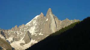 Это Пти Дрю и Гранд Дрю. Вики справка Пик Пти-Дрю (фр. Petit Dru) — один из двух пиков Дрю (фр. Aiguille du Dru) в горном массиве Монблана во французских Альпах. Пти-Дрю известен как один из красивейших и сложнейших для восхождений пиков в Альпах.  Второй из пиков Дрю — Гранд-Дрю (фр. Grand Dru) выше Пти-Дрю на 21 м (3754 м). Пики Дрю расположены на восток от деревни Les Praz в долине Шамони. Обе вершины находятся в западном гребне пика Верт (Aiguille Verte) (4122 м).