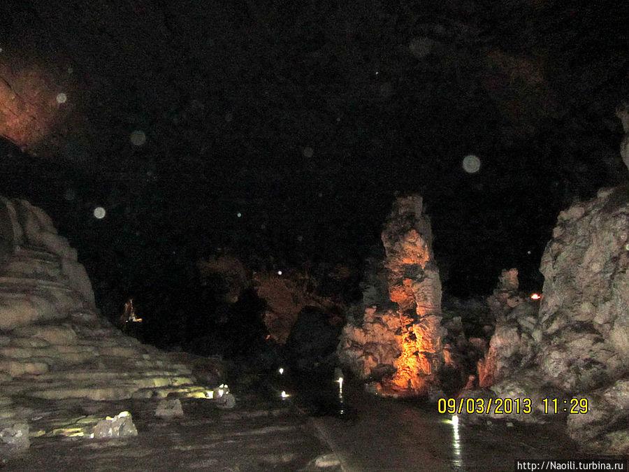 Сухая пещера внутри не такая уж сухая, а очень даже влажная, иногда сверху падают капли. Мы шли вперед по подземной долине, окруженной карцевыми горами