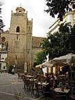 На площадь выходит сторожевая башня Torre de la Atalaya, более известная  как Башня с часами. Построенная в 1012 году, реконструированная в 1469 году. Тогда же на башне были установлены часы. Функцией  башни было предупреждение колокольным звоном о наступлении противника.