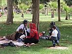 Семейный  отдых недалеко от мечети. Повсюду со своим самоваром.