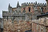 Кафедральный собор непосредственно прилегает, если не является частью крепостной стены