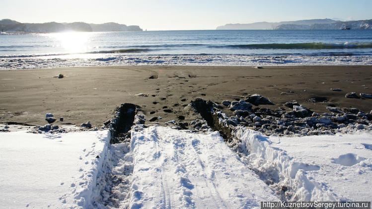 Колея обрывается на берег