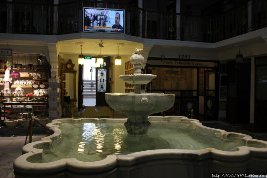 Вид на выход из зала с фонтаном во время отдыха после хамама.