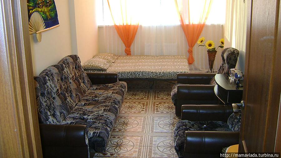 Это комната. Здесь 2 двухспальных дивана, еще диванчик для 1 стоит на балконе. Постельное белье есть.