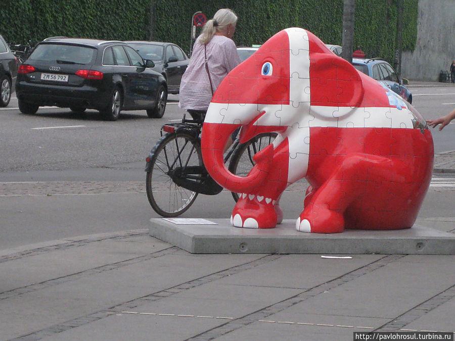 В 2011 году по всему городу была выставка в защиту слонов.Вот,этот слон понравился мне больше всего. Датский флаг-самый древний флаг в мире так как и самая древняя монархия. Помашем ручкой и побежим на поезд. Прощай,Копенгаген,но я вернусь!
