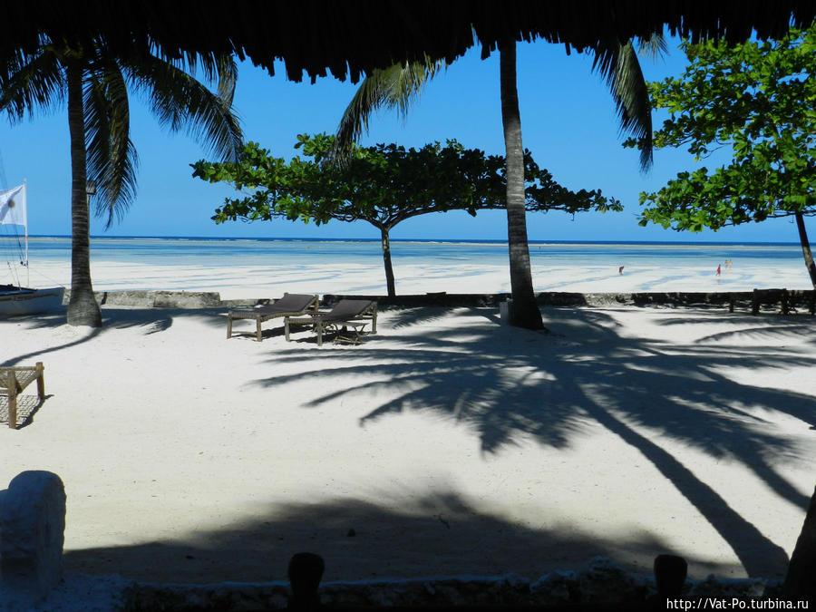 Пляж отеля. Вид с веранды бунгало.
