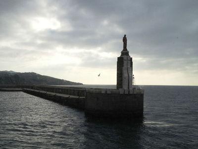 Статуя Иисуса Христа порта Тарифы благословляет все проходящие через Гибралтарский пролив суда.