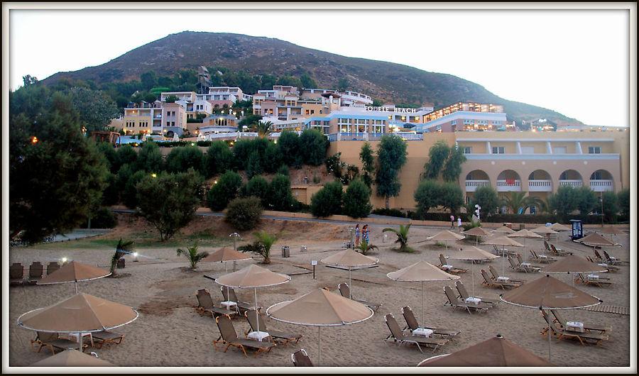 В отеле есть номера прямо около пляжа.  Дорога на кадре это отельная, транспорт там не ездит.