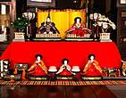 Такой кукольный стенд — непременный атрибут Хина-мацури, праздника девочек, который отмечают в Японии в первых числах марта.