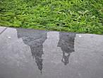 На зиму фонтан заложен еловым лапником — то ли в целях  сохранности, то ли в связи с зимними праздниками.