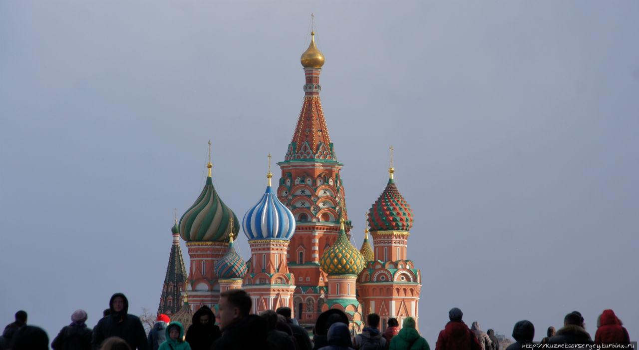 Храм Василия Блаженного справа от ресторана кажется особенно красивым после сытного обеда и кружки темного