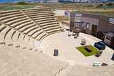 Одеон- древний театр, так же как и мозаики, был обнаружен относительно недавно, в 70-х годах. Одеон прилично отреставрирован, в нем и сегодня показывают театральные постановки, к одной из них и готовились рабочие, устанавливая на сцене декорации.
