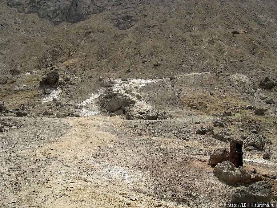 В правом нижнем углу на фото — скважина с пресной водой.