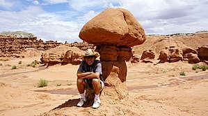Долина Гоблинов, Юта. Песчаник Энтрада не устойчивой глине того же возраста.