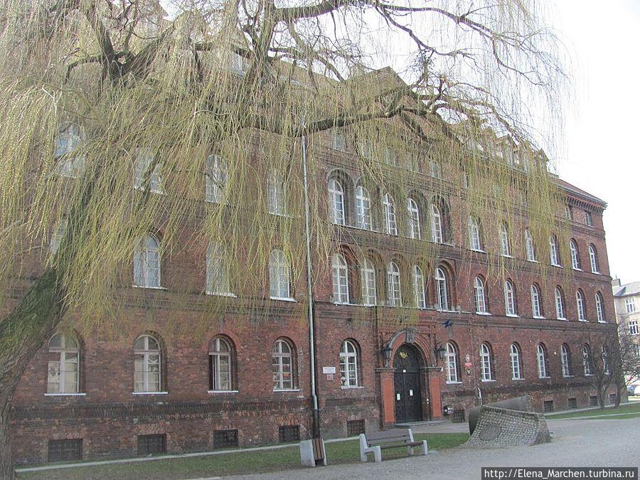 Площадь перед зданием (ранее площадь Яна Гевелия) переименована в площадь Защитников польского почтамта