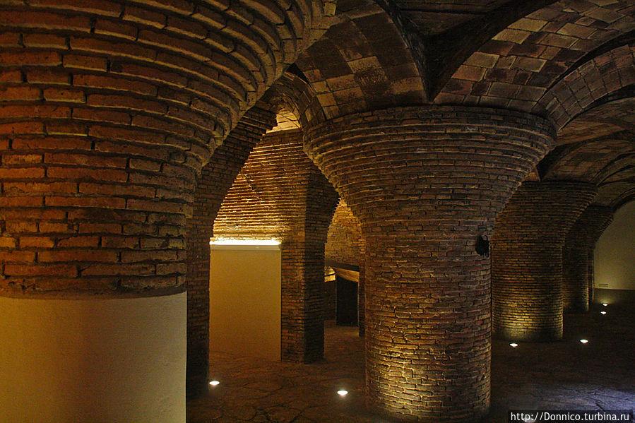 В прохладном подвале поддерживаемом лепестковыми колоннами можно было хранить все что угодно