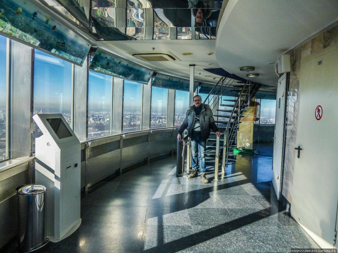 Лестница на открытую смотровую площадку, недоступную туристам зимой