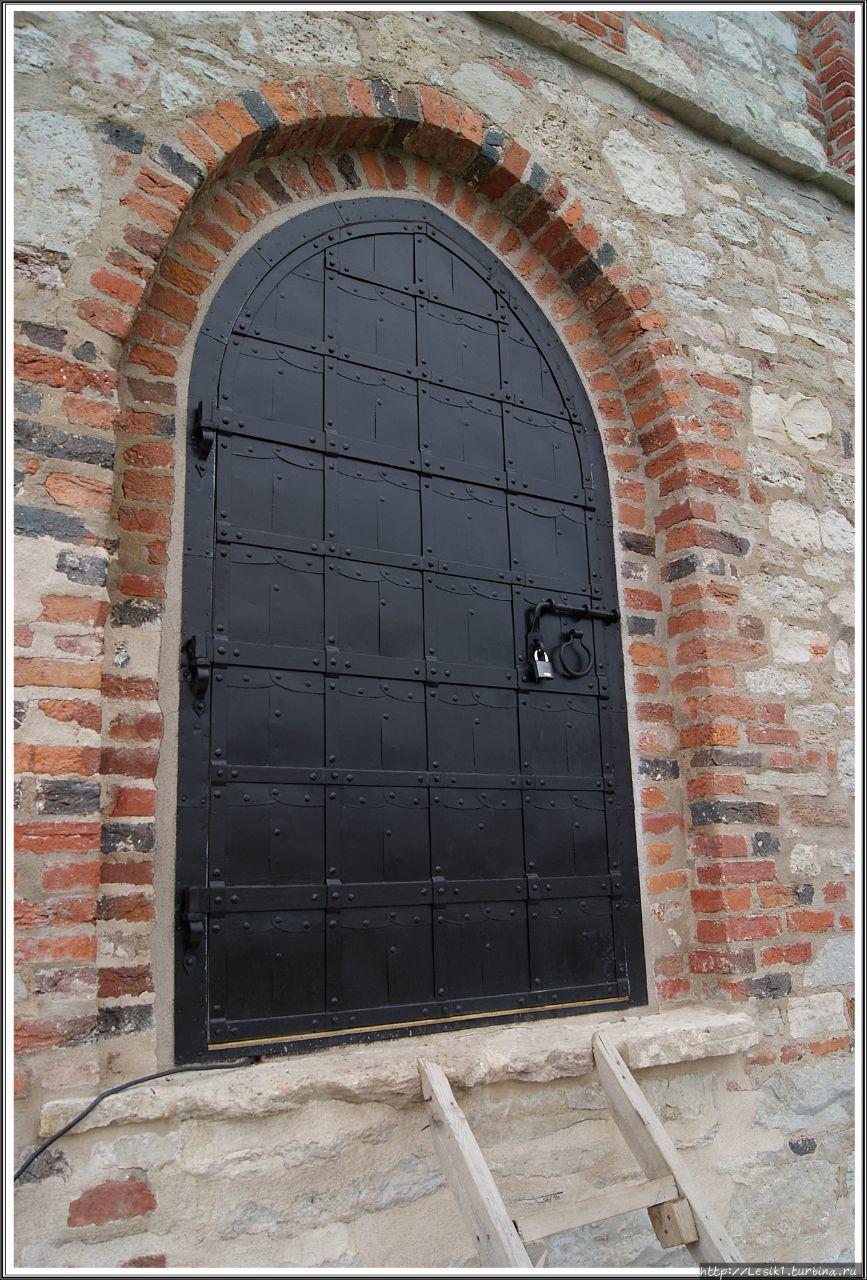 Через эту дверь, а не чер