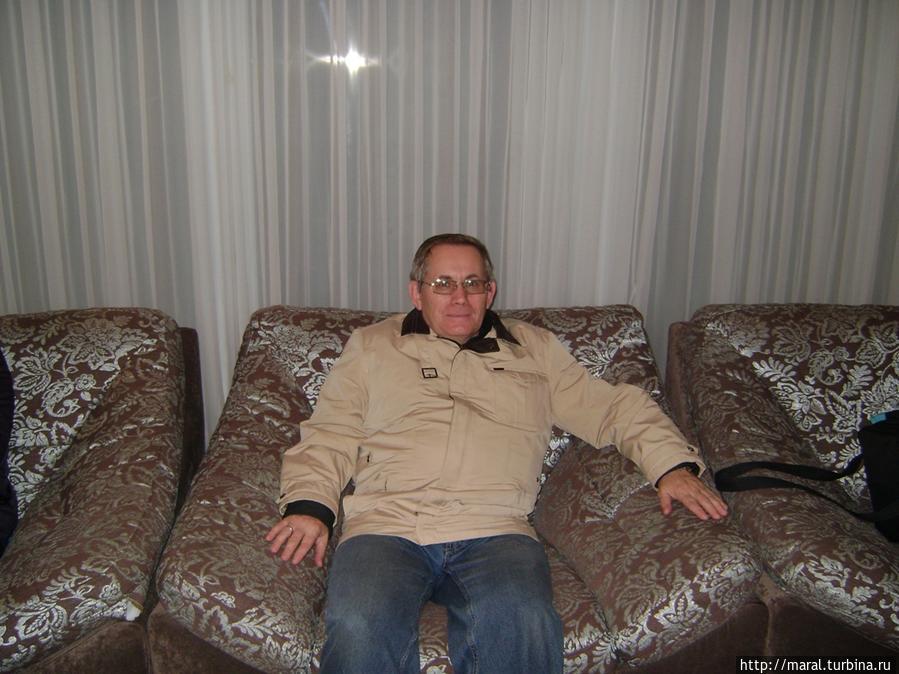 Релаксация на мягком диване в ожидании оформления на ресепшен