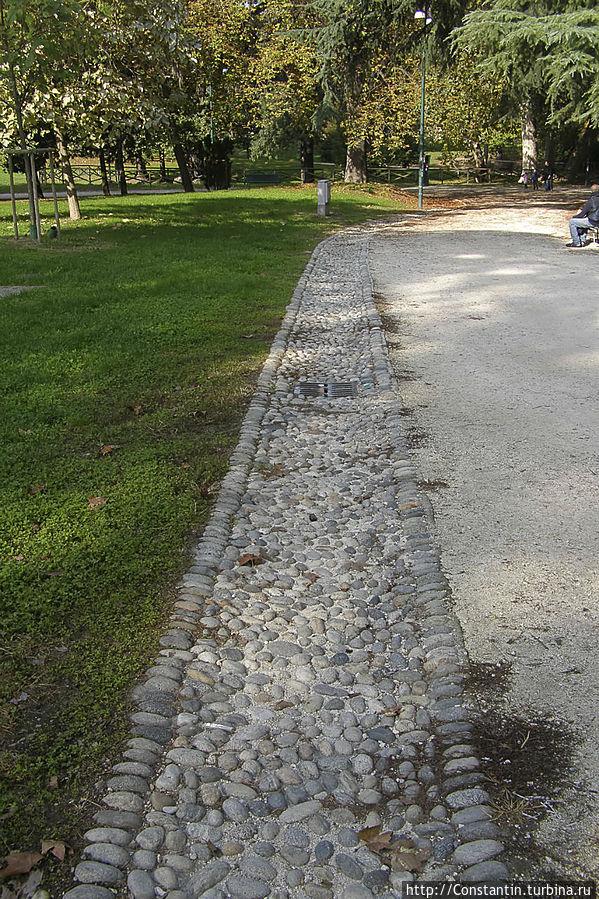 Не только тротуары и пешеходные зоны в Милане вымощены галькой, но и водоотводные парковые лотки.
