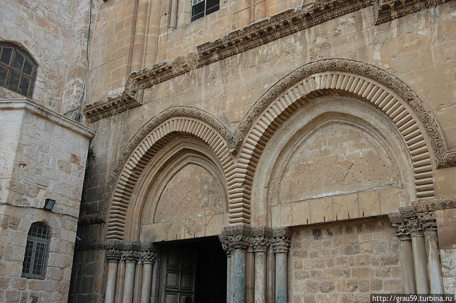 Слева от входа находится церковь