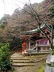 Один из храмов наверху. На фото не видно, но слева от него гора резко обрыватся вниз и по сути, от его ступенек открываеется прекрасный вид на низину
