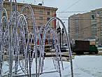 фонтан интересно трансформировался в зимний наряд и оброс светящимися сосульками