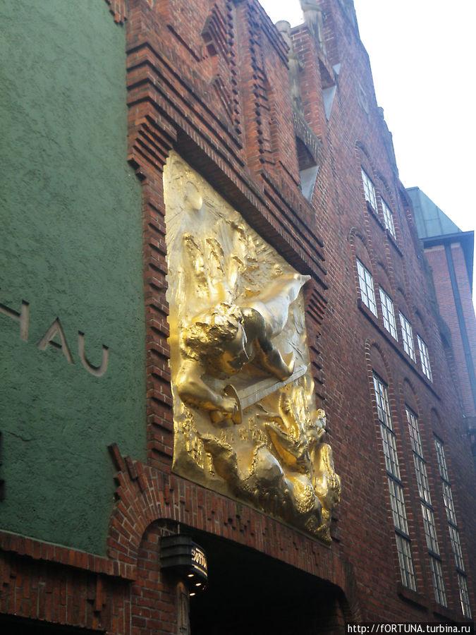 Золотое панно в начале улицы
