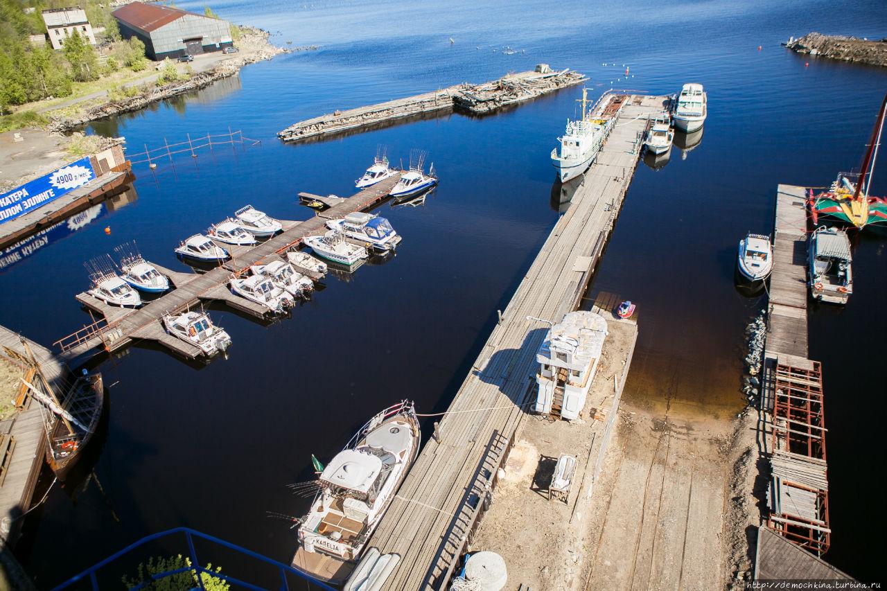 Вид на яхт-клуб с портового крана