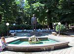 Вход в городской парк. На входе памятник выдающемуся жителю города Йовану Дучичу, крупнейшему сербскому поету и дипломату начала 20 века.